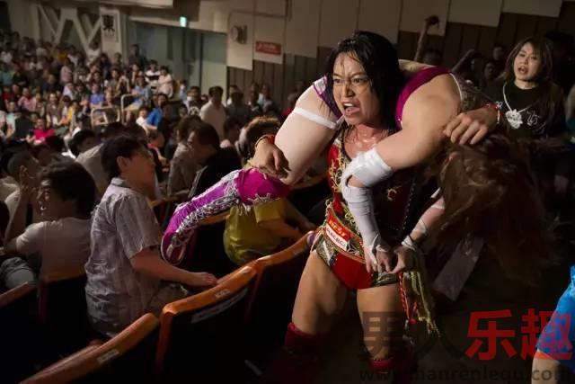 切磋下吧,小姐姐!摔跤妖精上福雪、赤井沙希