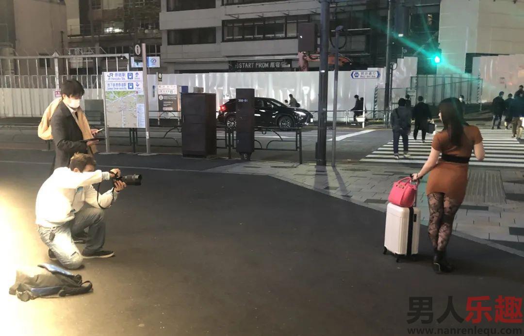 暗黑户外封面如何拍摄 深田結梨上街头找素人实战