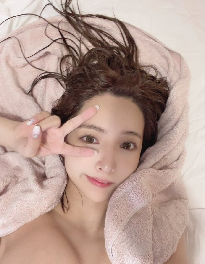 """""""美胸见客""""三上悠亚晒床照"""