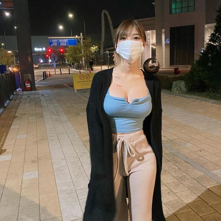 白嫩美女《Mina》大胸撑爆小背心让人想直接来!